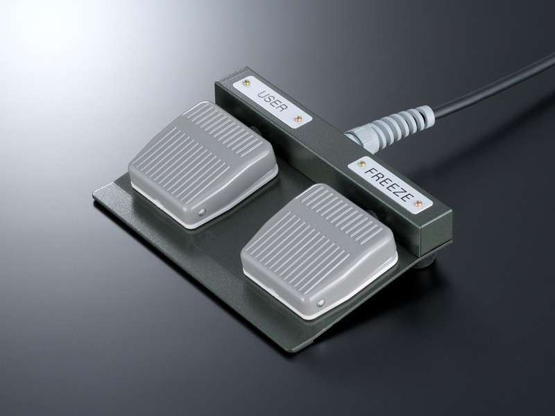 <b>Программируемая ножная педаль управления</b><br /><br /><em>Двухкнопочная педаль для систем серии HI VISION</em><br /><br />Напольная педаль дистанционного управления может применяться при проведении ряда исследований, когда доступ к главной панели системы затруднён.